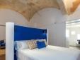 Modernes Zimmer mit hoher Decke im Divina Suites Hotel Boutique